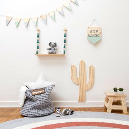 Plaquinha Cactus ambientada em quarto infantil.