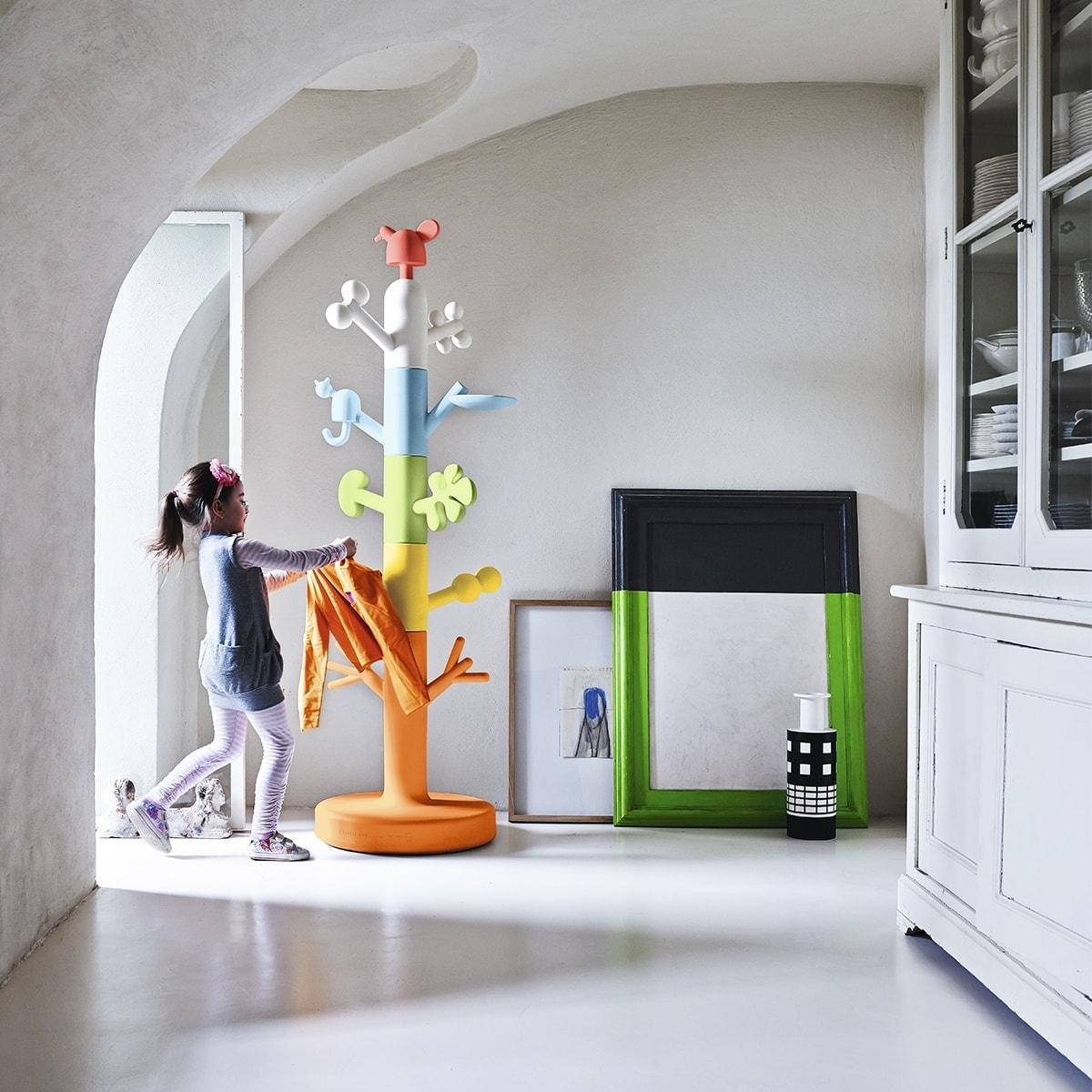 cabideiro infantil Paradise Tree colorido ambientada